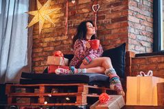 深色的女性喝咖啡 免版税库存照片