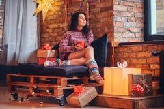 深色的女性喝咖啡 库存图片