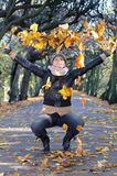 深色的妇女的秋天表达式 免版税库存图片