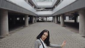深色的妇女进行现代舞,摆在,扭转转动,都市当代自由式 股票视频