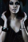 深色的妇女画象黑帽会议的 图库摄影