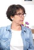 深色的成熟妇女画象戴眼镜的 库存图片