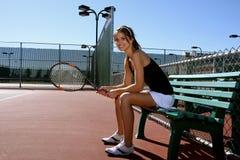 深色的球员俏丽的网球 免版税库存图片