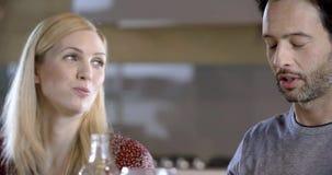 深色的男人和白肤金发的妇女谈的细节 四个愉快的真正的坦率的朋友一起喜欢吃午餐或晚餐在 股票视频