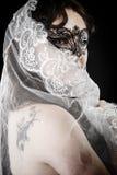 年轻深色的秀丽或新娘,在白色面纱之后,西班牙 库存照片