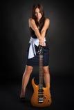 深色的逗人喜爱的女孩吉他 免版税库存图片