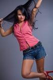 深色的逗人喜爱的女孩愉快短裤佩带 免版税库存图片