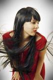深色的飞行头发长的妇女 免版税库存照片