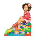深色皮肤的女孩和玩具块 库存图片