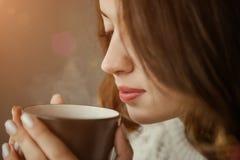 深色头发的妇女饮用的早晨咖啡 图库摄影