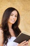 深色头发的微笑的妇女年轻人 图库摄影