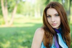 深色头发的纵向妇女年轻人 库存照片