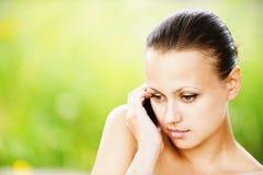 深色头发的纵向妇女年轻人 免版税库存照片