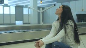 年轻深色紧张和在机场等待她的行李 影视素材