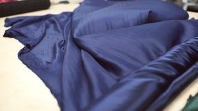 深蓝丝绸物质展开卷在特别桌上的 股票视频