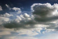 深蓝云彩和天空 库存图片