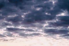 深蓝云彩和轻的天空,在雷暴以后的黄昏 抽象软性弄脏了与雨云的风景日落 免版税库存图片