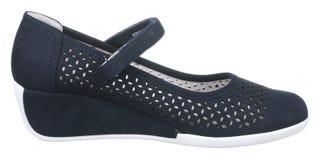 深蓝和白色穿孔的妇女绒面革鞋子侧视图  免版税库存照片