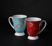 深蓝和红色茶杯 库存图片