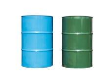 深蓝和绿色金属桶,被隔绝的油容器 库存照片