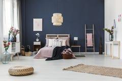 深蓝墙壁在卧室 免版税库存照片