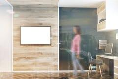 深蓝墙壁家庭办公室,电视屏幕双 免版税图库摄影