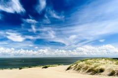 深蓝天和帆船在海洋 免版税库存照片