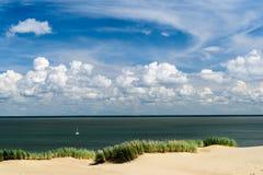 深蓝天和帆船在海洋 免版税图库摄影