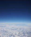 深蓝天的一个美好的空中背景 库存图片