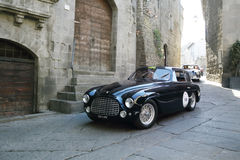 深蓝法拉利166游览的小轿车, 1950年,在1000 Miglia期间的维泰博 图库摄影
