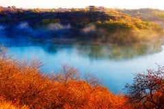 深蓝湖和秋天树 库存图片