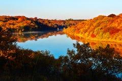 深蓝湖和秋天森林 免版税图库摄影
