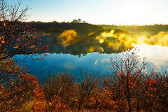 深蓝湖和金黄阳光日出 免版税库存图片