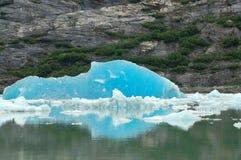 深蓝色冰山 免版税库存照片