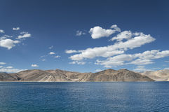 深蓝色山湖 图库摄影