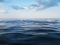 深蓝色海水和天空 库存图片
