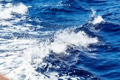 深蓝色海水 海挥动与白色泡沫和浪花 免版税库存图片