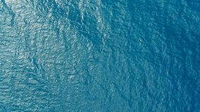 深蓝色清楚的海海洋水的空中寄生虫图象与小波浪滚动的 免版税库存照片