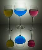 深蓝色的玻璃,洋红色和黄色 库存照片