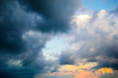 深蓝风雨如磐多云与金黄轻的天空 免版税库存照片