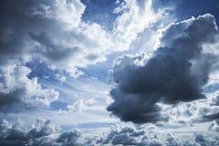 深蓝风雨如磐的天空背景纹理 免版税库存图片