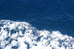 深蓝水和浪花 免版税图库摄影