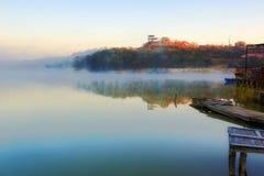 深蓝Xiaoqing湖和早晨雾 图库摄影