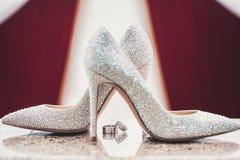深刻婚礼圆环和woomen的鞋子 免版税库存图片