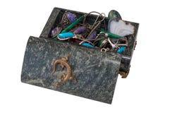 深绿小箱与首饰的蛇纹岩 免版税图库摄影