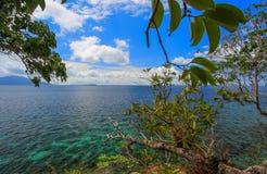 深绿海有蓝天背景 免版税图库摄影