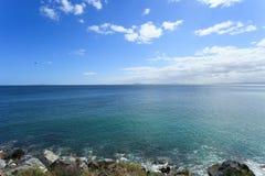 深刻的蓝色海和海岸线 库存图片