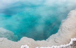 深刻的水色颜色温泉在黄石公园 免版税库存图片
