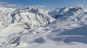 深紫红色手段val滑雪的tignes 免版税图库摄影