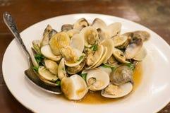 混乱与圣洁蓬蒿的油煎的蛤蜊 免版税库存照片